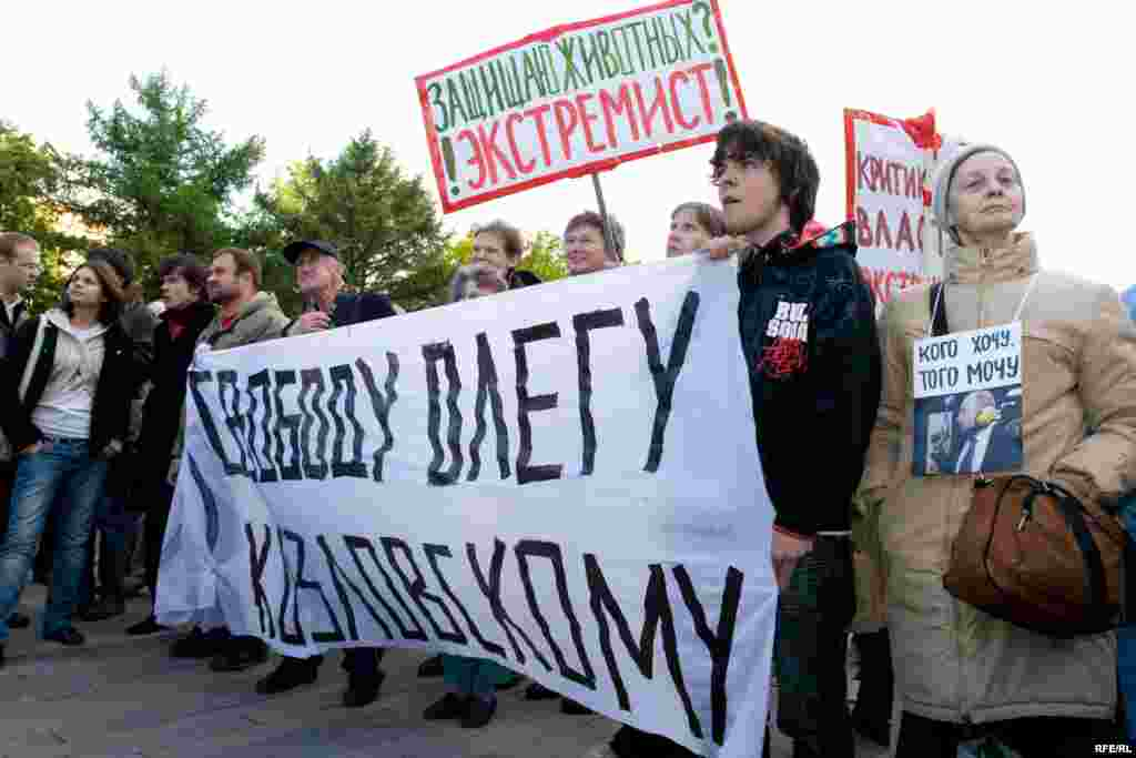 """Присутвующие требовали освободить координатора """"Обороны"""" Олега Козловского, арестованного на 13 суток за прогулку по бульвару"""