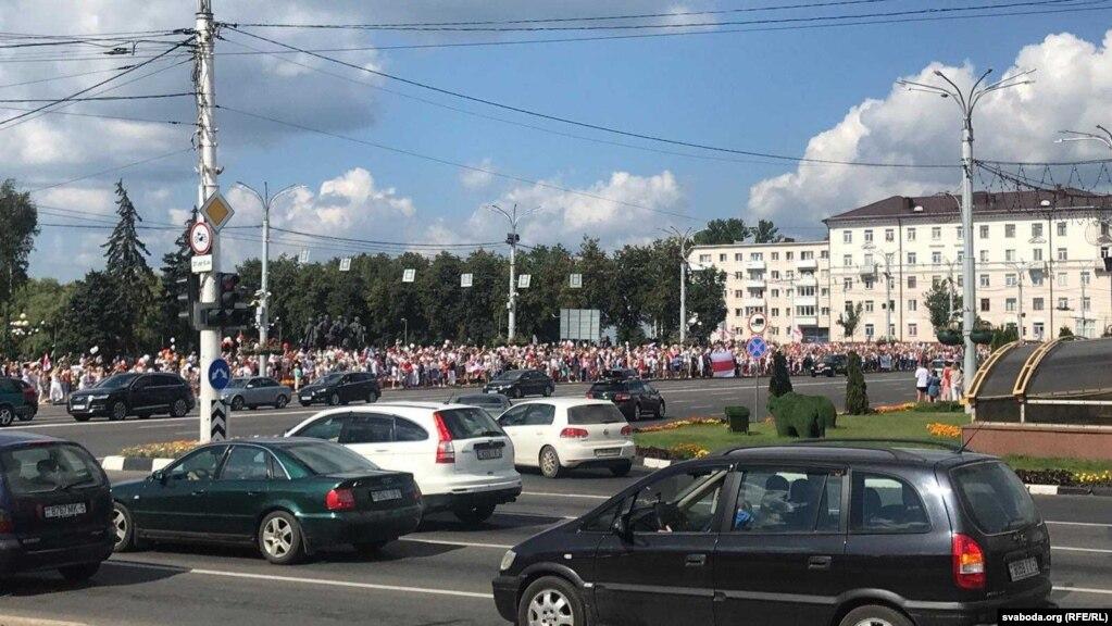 Menschen, die sich näherten, blockierten nicht die Straßen, sondern besetzten die Bürgersteige der Straßen Lenin und Kalinin in der belarussischen Hauptstadt.