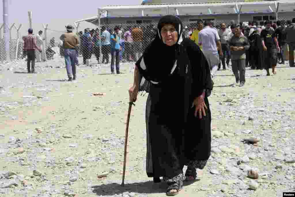 """Около 500 тысяч человек покинули в последние дни иракский город Мосул и его окрестности - после того, как город взяли под контроль боевики-исламисты. Такие данные приводит Международная организация по миграции со штаб-квартирой в Женеве. По сообщениям местных жителей, боевики связанной с """"Аль-Каидой"""" организации """"Исламское государство Ирака и Леванта"""" утром в среду твердо контролировали один из крупнейших городов Ирака. Административные здания захвачены, улицы патрулируют вооруженные люди."""