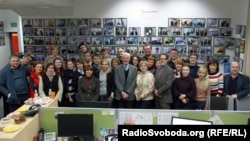 RFE/RL President Kevin Klose and BBG member Matthew Armstrong, with journalists and staff at RFE/RL's Kyiv Bureau (30 Jan 2014).
