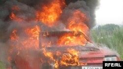 Автомобиль «ВАЗ», который сжигает в знак протеста в ходе земельного конфликта известный казахстанский спортсмен Владимир Гашута. Алматинская область, 11 июня 2009 года.
