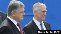 Президент Украины Петр Порошенко (слева) и министр обороны США Джим Мэттис. Киев, 24 августа 2017 года.