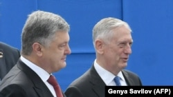 Американскиот секретар за одбрана Џим Матис со украинскиот претседател Петро Порошенко.