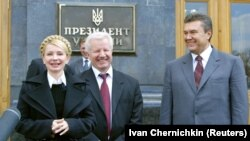 Юлия Тимошенко, лидер Социалистической партии Александр Мороз (в центре), Виктор Янукович