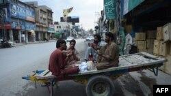 Pakistanly işçiler agyzaçardan öň doga-dileg edýärler. Rawalpindi, 13-nji iýun, 2016