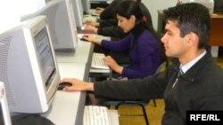 Интернет-клубта отырған тәжік жастары. Душанбе, 30 наурыз 2010 жыл.