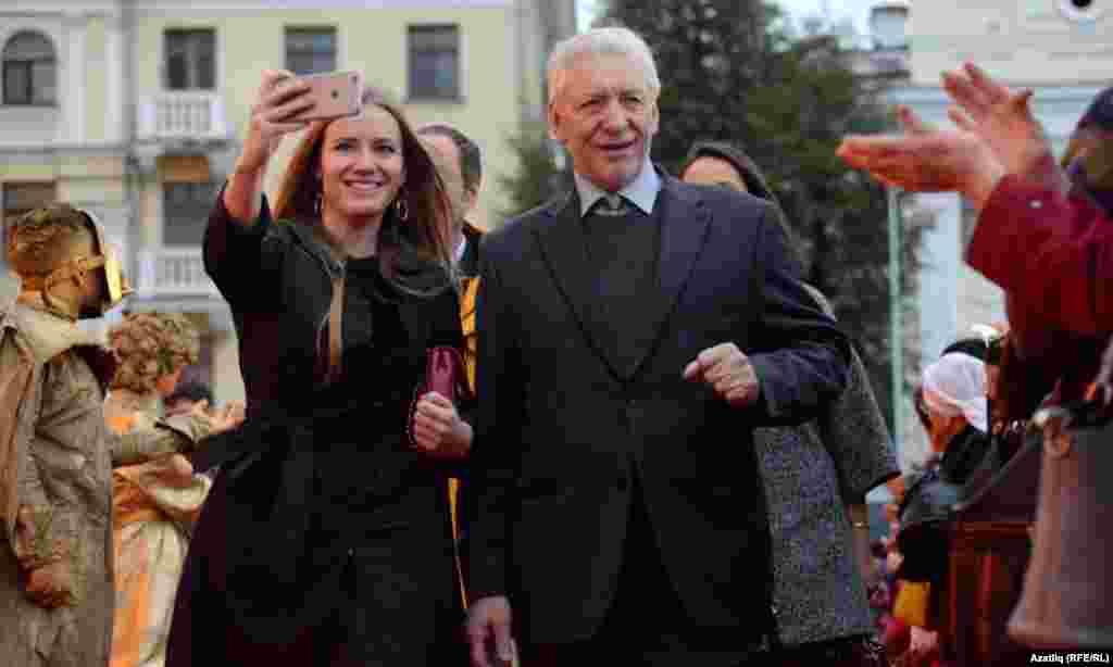 Кызыл келәмнән фестиваль кунаклары үткәндә селфи да төшеп алырга өлгерде