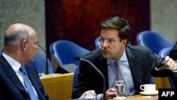 Kryeministri holandez Mark Rut(djathtas) dhe ministri i Mbrojtjes, Hans Hillen (majtas), janar 2011