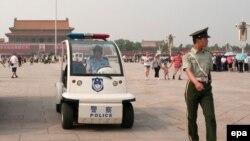 Полиция на площади Тяньаньмэнь в очередную годовщину событий