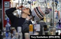 Арактын түрлөрүнөн даам татып жаткан меймандар. Москвадагы водка музейи. 11-февраль 2019-ж.