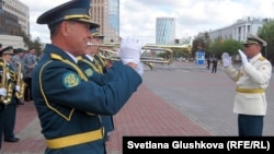 Музыканты на параде военных оркестров. Астана, 6 мая 2012 года.
