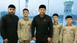 Глава Чечни Рамзан Кадыров (в центре) с племянником и сыновьями