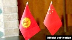 Флаг Кыргызстана и Китая.