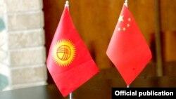 Кыргызстан жана Кытай желектери.