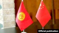 Кыргызстандын жана Кытайдын желектери.