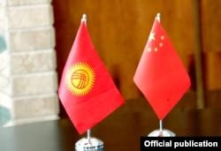 Флаги КР и КНР.