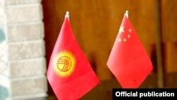Флаг КР и КНР. Иллюстративное фото.