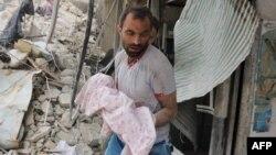 Әуе шабуылынан қаза болған нәрестенің денесін қиранды астынан алып шыққан ер адам. Алеппо, 23 қыркүйек 2016 жыл.