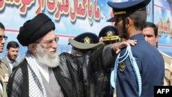 Духовный лидер Ирана Аятолла Али Хаменеи (слева), в военном училище Тегерана. 5 октября 2013 года.