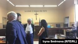 Адвокат Марківа Рафаелле Делла Валле (у центрі) перед початком засіданні