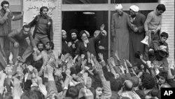 تهران، ۱۲ بهمن ۱۳۵۷، حضور آیتالله خمینی در میان هواداران