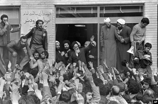 آیتالله خمینی در حلقه روحانیون و هوادارانش در تهران/ ۱۳۵۷