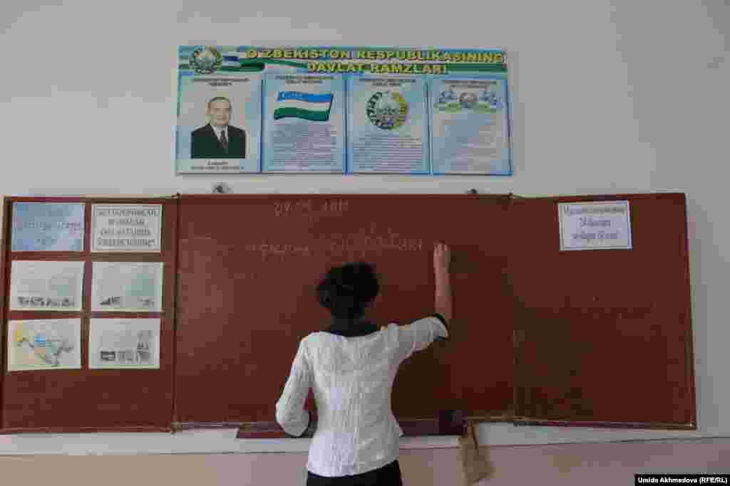 Учитель пишет задание. Школа № 28 Верхне-Чирчикского района. Ташкентская область, 9 сентября 2015 года.