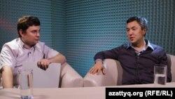 Ведущий программы AzattyqLive Вячеслав Половинко (слева) и казахстанский бизнесмен Раимбек Баталов. Алматы, 6 апреля 2016 года.