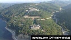 Légifelvétel a Putyin elnöknek tulajdonított exkluzív, tengerparti palotáról. Fotó: navalny.com