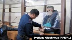 С пастора пресвитерианской церкви «Благодать» Бахтжана Кашкумбаева снимают наручники в зале судебного заседания. Астана, 22 января 2014 года.