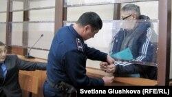 С пастора Бахтжана Кашкумбаева снимают наручники в зале судебного заседания. Астана, 22 января 2014 года.