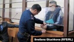 С пастора Бахтжана Кашкумбаева снимают наручники в зале суда. Астана, 22 января 2014 года.