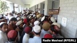 Njerëzit presin për të votuar në qytetin Miranshah në Pakistan