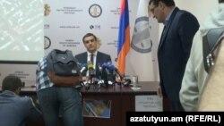 Ակտիվիստները լուսանկարներ և պաստառներ փակցրեցին զեկույց ներկայացնող օմբուդսմենի սեղանին, Երևան, 21-ը ապրիլի, 2017 թ․