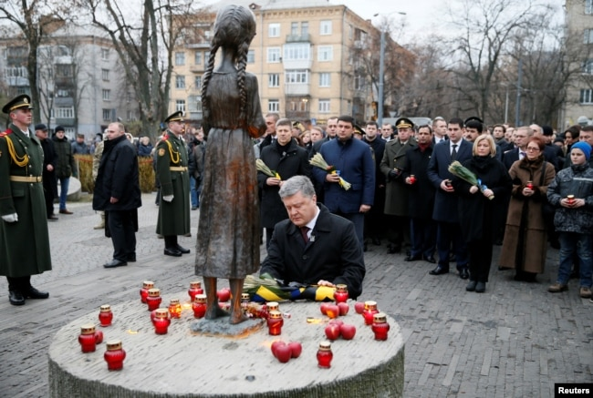 Ukrainian President Petro Poroshenko visits a monument to Holodomor victims in Kyiv in November 2016.
