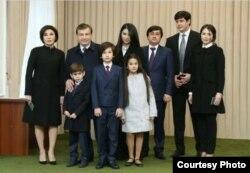 В социальных сетях появилась новая фотография семьи Шавката Мирзиеева
