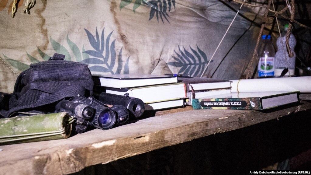 На одній з кухонних полиць лежав прилад нічного бачення, наданий армією США як військова допомога для України. І статут ЗСУ... :)