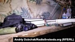 На одній з кухонних полиць лежав прилад нічного бачення, наданий армією США як військова допомога для України. І статут ЗСУ… :)