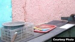 Дом семьи Антоновых, на стенах которого появились трещины после очередного затопления. Село Чкалово, Карагандинская область. 15 мая 2017 года. Фото жителей села.