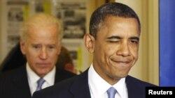Претседателот на САД Барак Обама придружуван од потпретседателот Џо Бајден по изгласувањето на законот со кој се избегнува фискалната бездна.