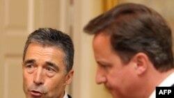 Генеральный секретарь НАТО Андерс Фог Расмуссен (слева) и премьер-министр Великобритании Дэвид Кэмерон (справа). Лондон, 15 июня 2011 года.