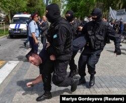 Полиция билікке талап айтып шыққан наразы адамдарды ұстап жатыр. Алматы. 10 мамыр 2018 жыл.