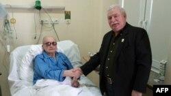Wojciech Jaruzelski, în spital la Varşovia, vizitat de Lech Walesa, 24 septembrie 2011. (Foto: AFP/lechwalesa.blip.pl)
