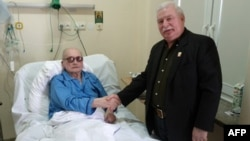 """Бывший лидер """"Солидарности"""" Лех Валенса навещает Войцеха Ярузельского в госпитале 24 сентября 2011 года, фото AFP"""
