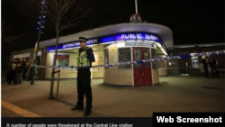 Лондондағы Лейтонстоун метро станциясы алдында тұрған полицей.