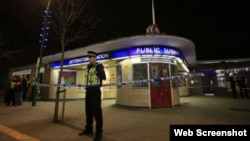 Лондон метросунун Лейтонстоун бекетине жакын жердеги полиция кызматкери.