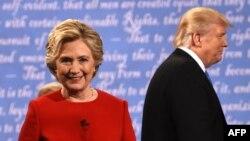 АҚШ президенттігіне кандидаттар демократ Хиллари Клинтон (сол жақта) мен республикашыл Дональд Трамп (оң жақта) алғашқы дебаттан кейін. Нью-Йорк, 26 қыркүйек 2016 жыл