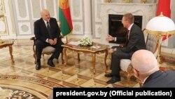 Аляксандар Лукашэнка і міністар замежных справаў Латвіі Эдгарс Рынкевічс на сустрэчы ў Менску