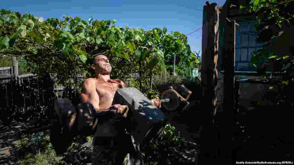 Заходим на одну из позиций. Военные нас угощают кофе. 43-летний Слава из Фастова занимается на турнике и со штангой. Запомнились его слова: «Постоянство и дисциплина – ключ к победе»