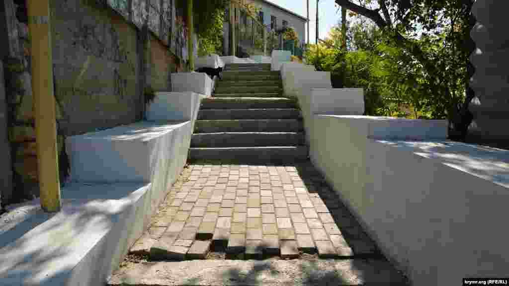 Трап Водопьянова – лестница, которая соединяет площадь Захарова и микрорайон Инженерки, этим летом здесь прошел капитальный ремонт по российским стандартам, но плитку уложили небрежно
